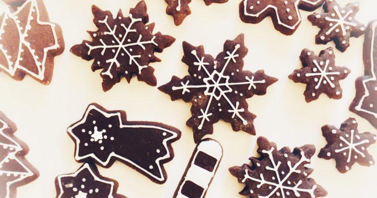 Biscotti di Natale: Sablée al cacao decorati con ghiaccia reale