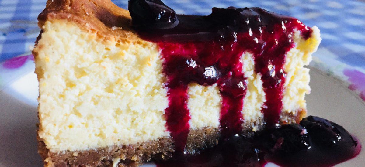 Cheesecake al cioccolato bianco e composta di frutti di bosco