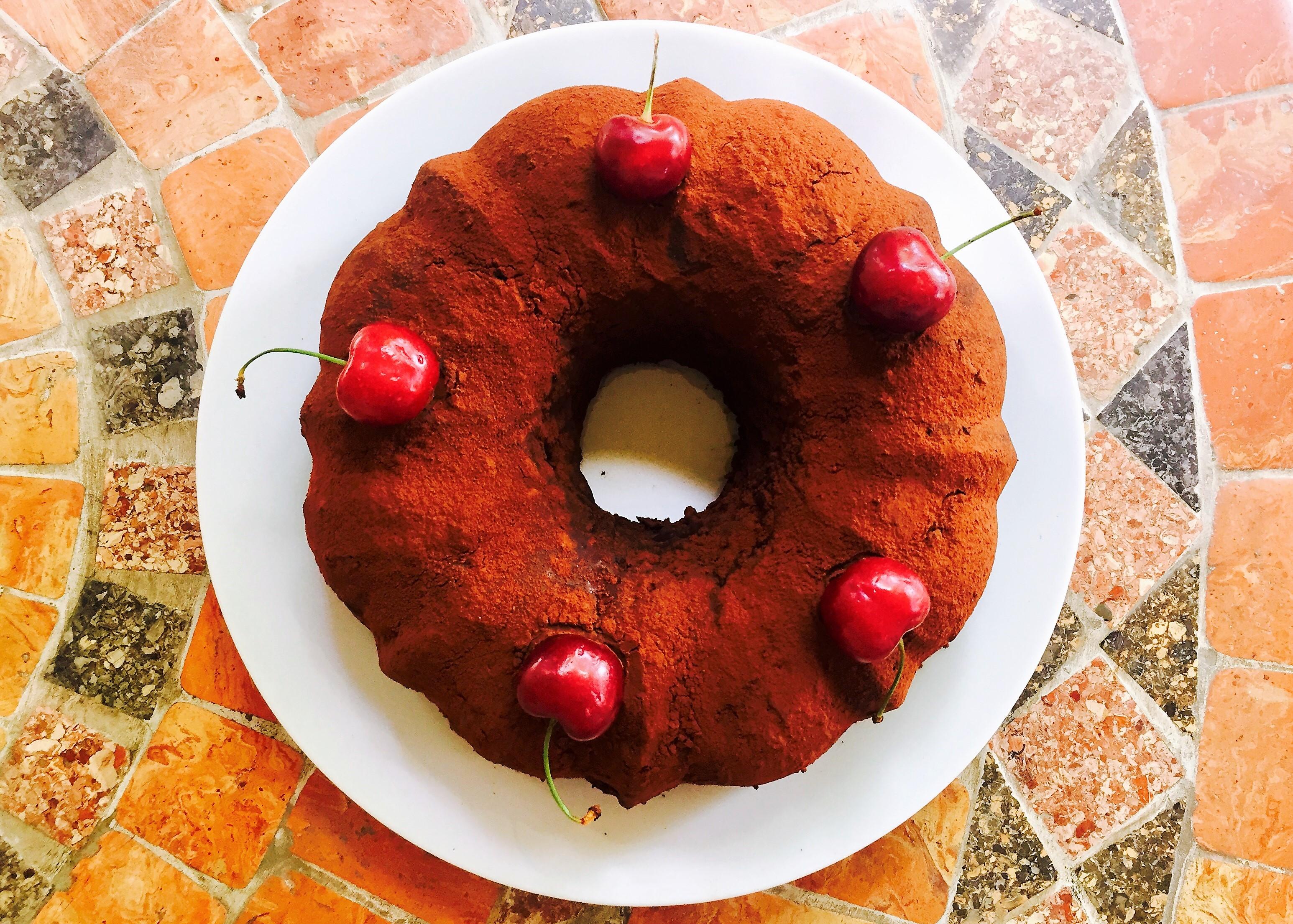 Ciambella al cioccolato e ciliegie con olio d'oliva