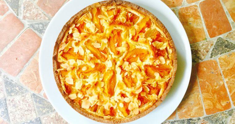 Crostata con crema frangipane e albicocche e frolla alla nocciola